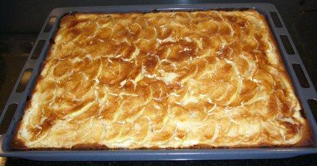 Apfelkuchen mit Sahneguss auf dem Blech