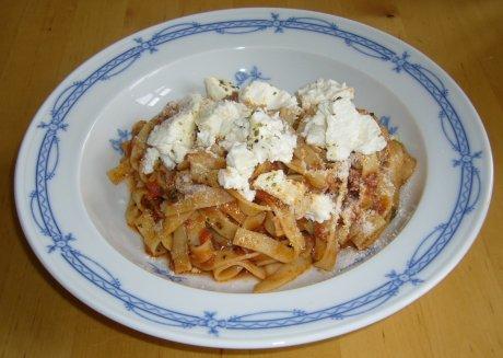 Bandnudeln mit süßer Tomatensauce und gebackenem Ricotta