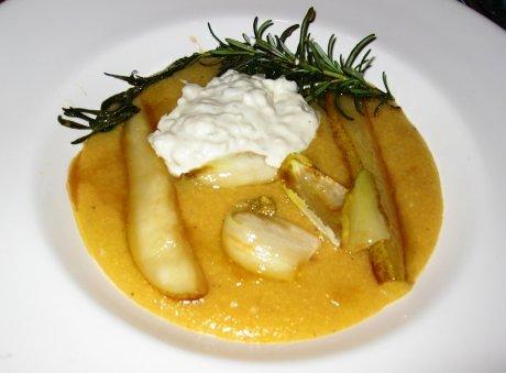 Cremige Polenta mit Gorgonzola und Rosmarin-Birne