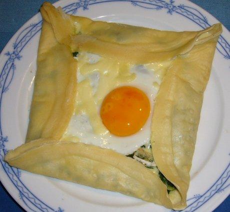 Crêpes mit Spiegelei und Spinat