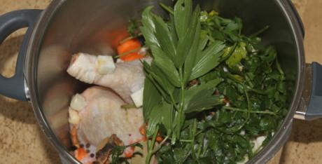 Hühnerbrühe aus dem Schnellkochtopf