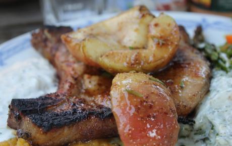 Koteletts mit Whisky-Senf-Glasur und gegrillten Äpfeln