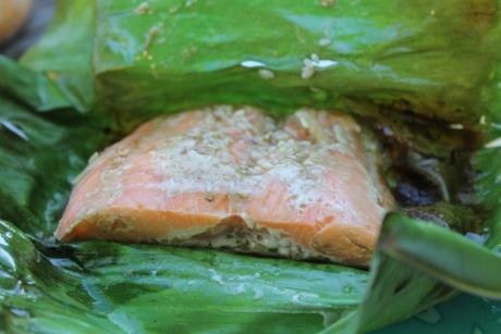 Lachsfilet im Bananenblatt gegrillt
