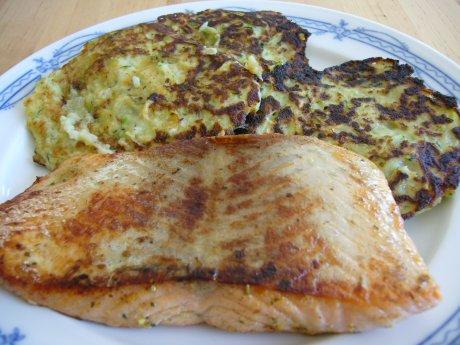 Lachsfilet mit Zucchinipuffer