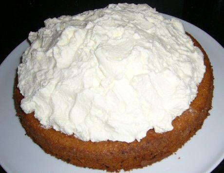 Maulwurfkuchen mit Sahne beschichtet
