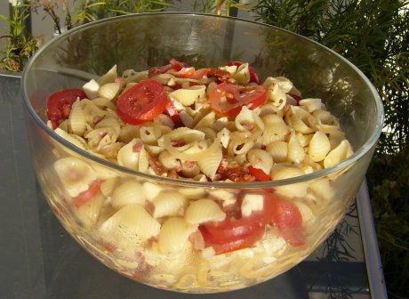 Nudelsalat mit Tomaten und Speck