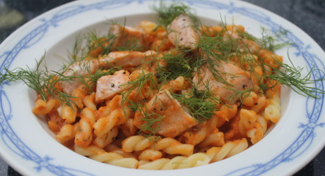 rezept pasta mit tomaten sahne sauce mit lachs genial lecker. Black Bedroom Furniture Sets. Home Design Ideas