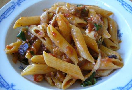 Penne mit Tomaten-Auberginen-Sauce und Mozzarella