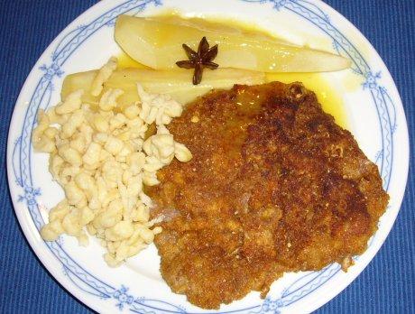 Rehschnitzel in Cantuccini-Panade mit Birnen-Gewürz-Ragout an Quarkknöpfle