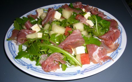 Rucola-Melonen-Salat mit Feta und Schinken
