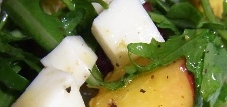 Rucola-Pfirsich-Salat mit Ziegenkäse