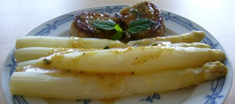 Spargel mit Schweinemedaillons und Senfsauce