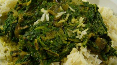 Spinat mit Zwiebeln auf Reis