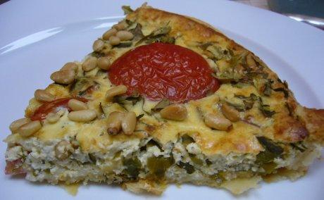 Stück Tomatentarte mit Rucola