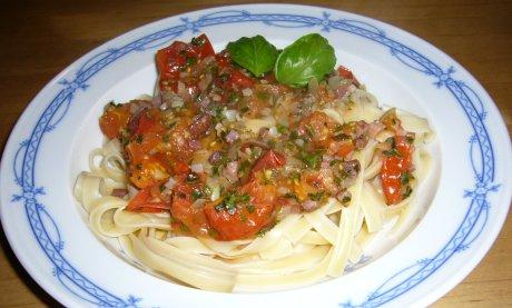 Tagliatelle mit Tomaten-Speck-Sauce