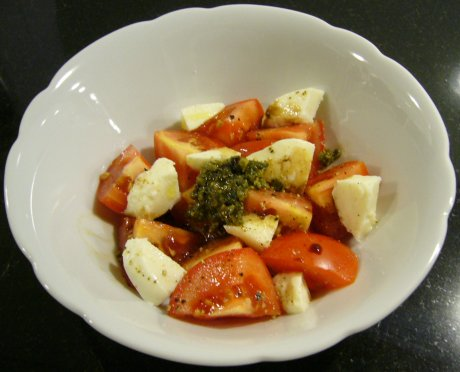 Tomatensalat mit Pesto
