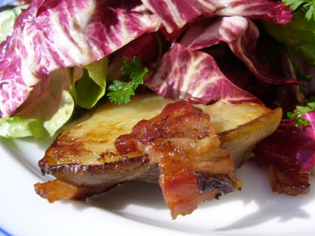 warmer Salat mit Topinambur und knusprigem Speck