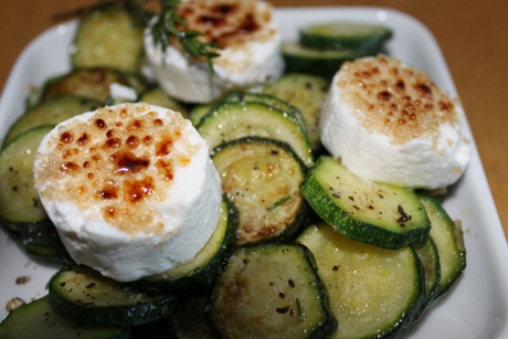 Gratinierter Ziegenkse mit Zucchinigemse