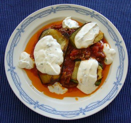 Zucchini mit Auberginen und Kräuterquark