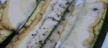 Zucchini mit Camembert gegrillt
