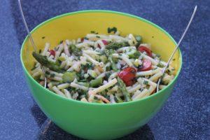 Nudelsalat mit Spargel und Shrimps